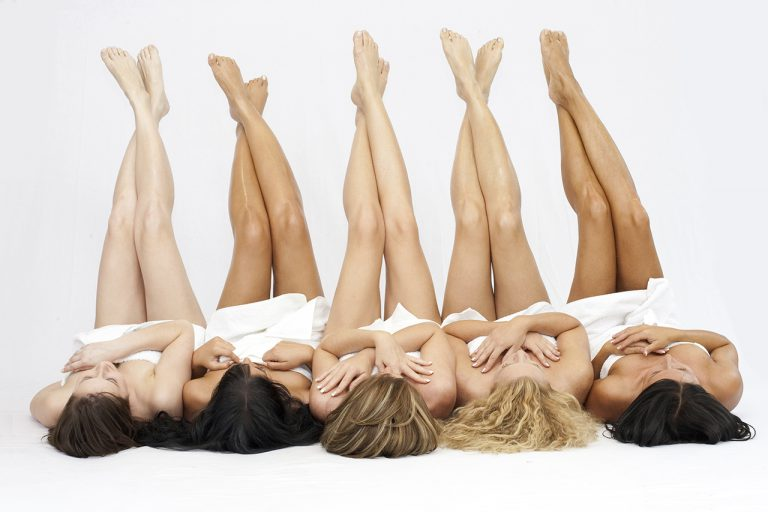 girls with depilated legs chatting